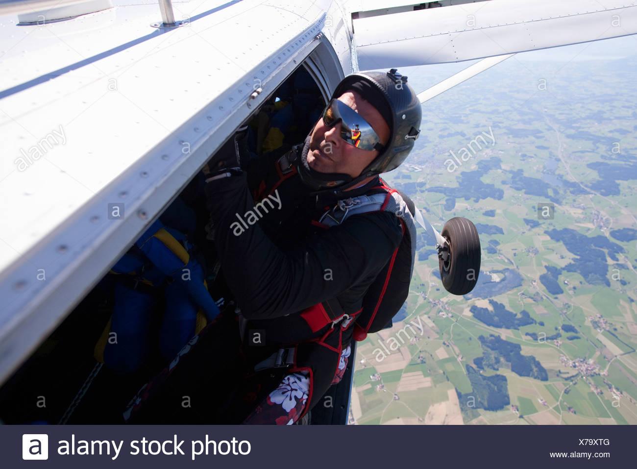 Mann aus dem Flugzeug skydive Stockbild