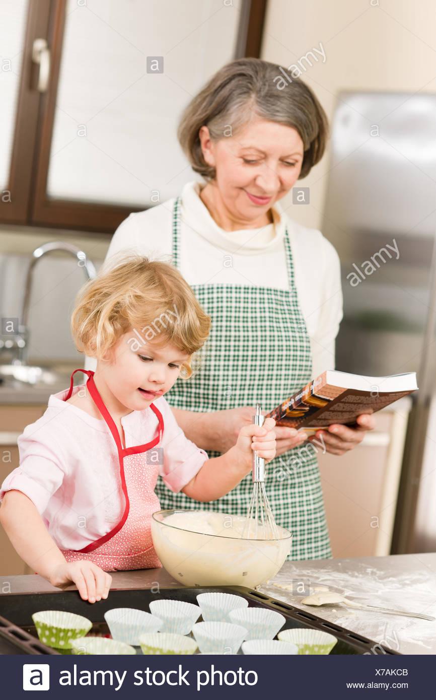 Lustige Kleine Madchen Backen Kuchen Mit Oma Stockfoto Bild