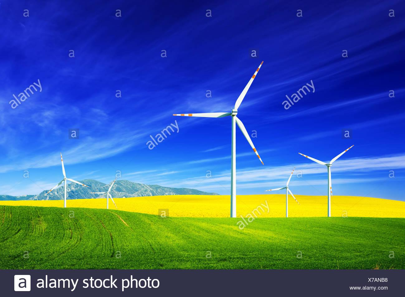 Windkraftanlagen auf Frühling Feld. Alternative Stockbild
