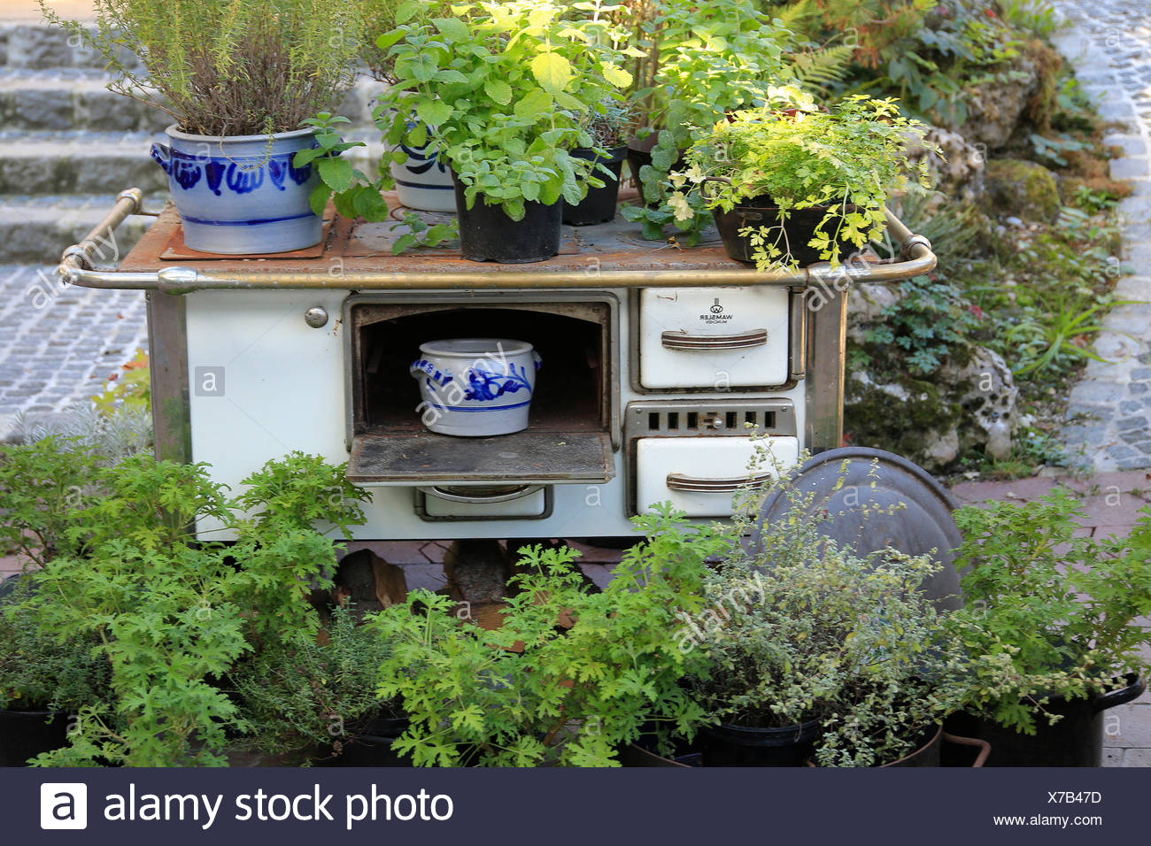 Alten Kohle-Kochen Ofen Im Garten Als Dekoration Stockfoto