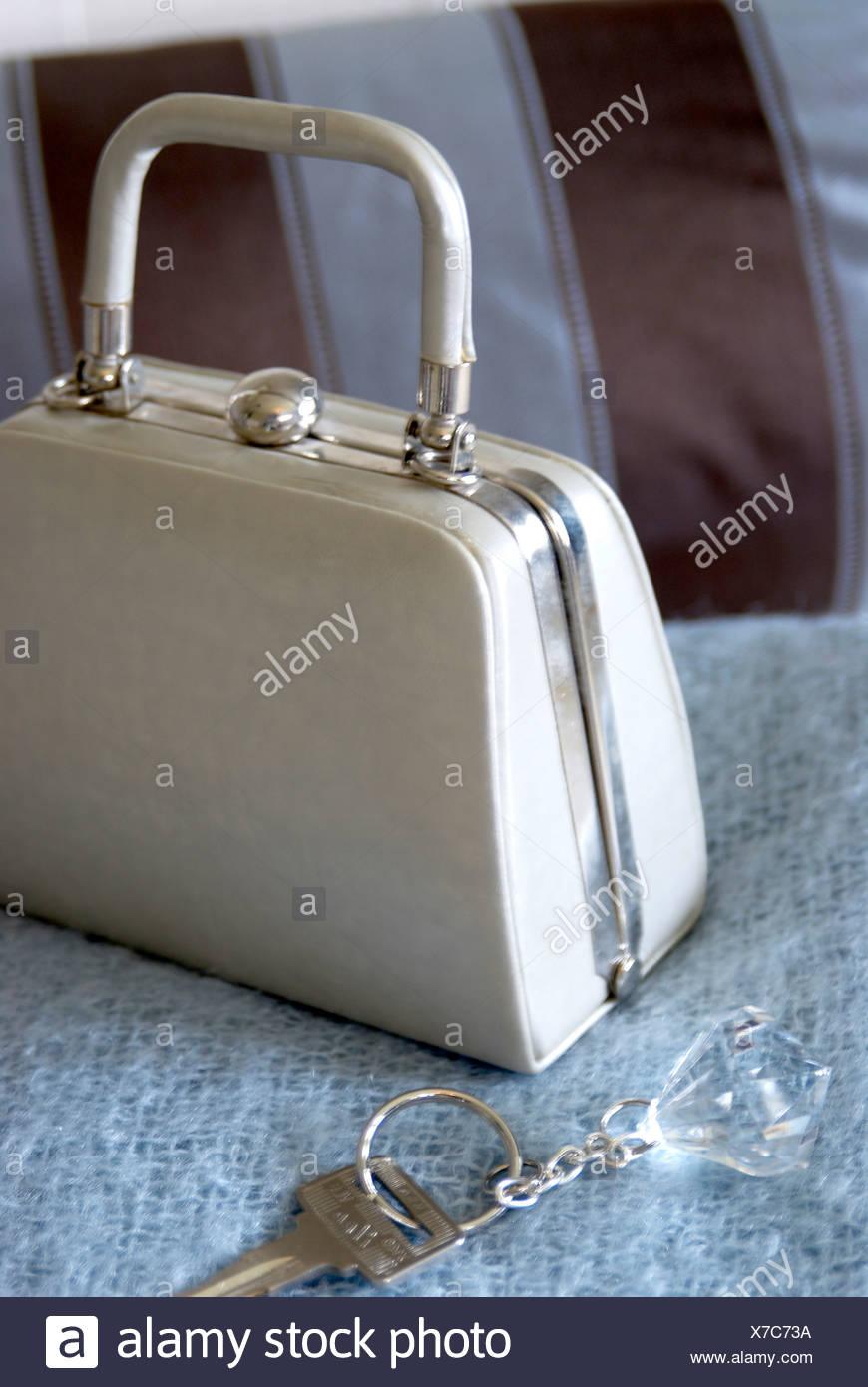 5f04075f5f11a Silber Handtasche Tasten blaue Decke Stockfoto