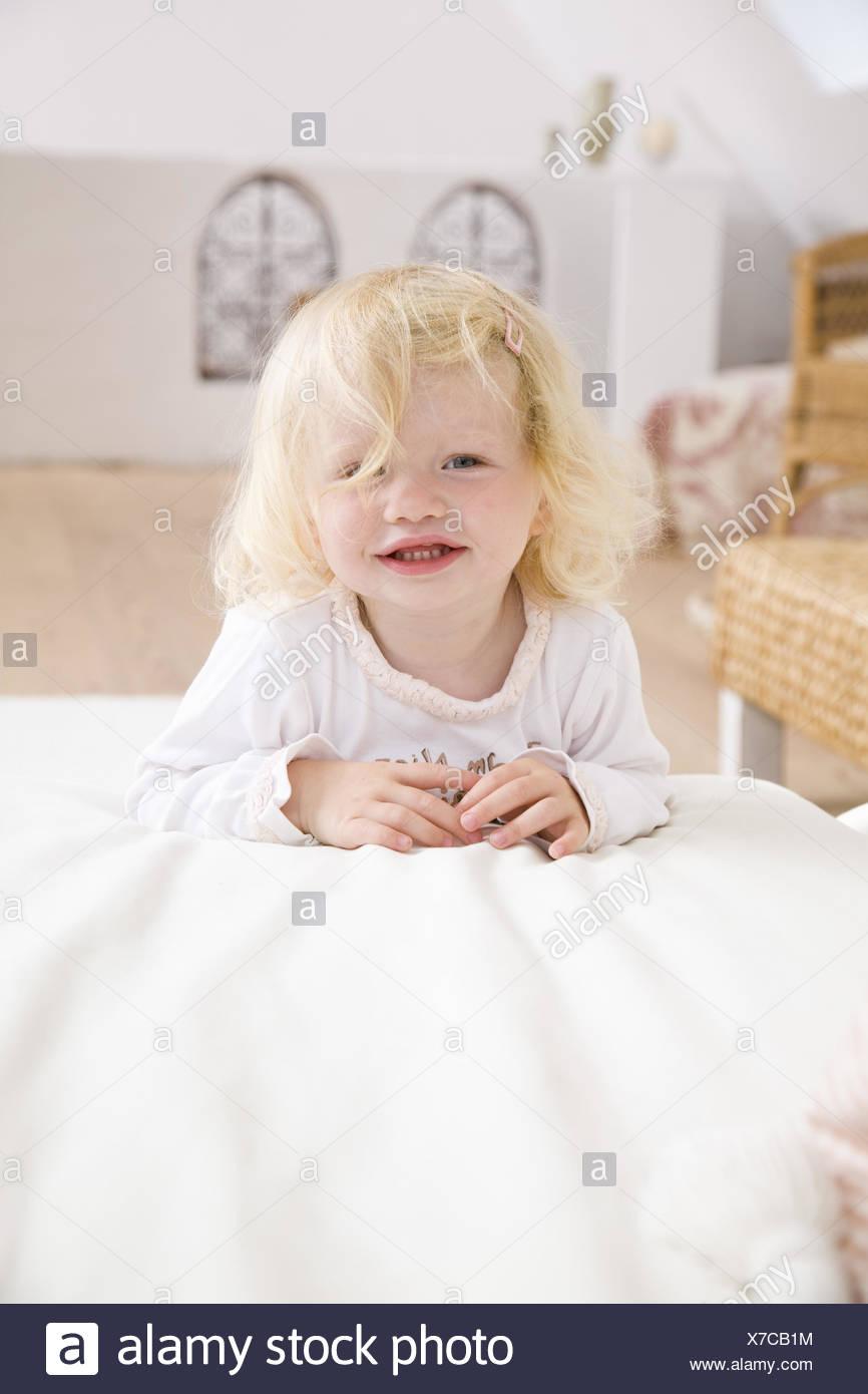 Wohnen Zimmer Couch Kleinkind Mädchen Lächeln Fröhlich Spielt
