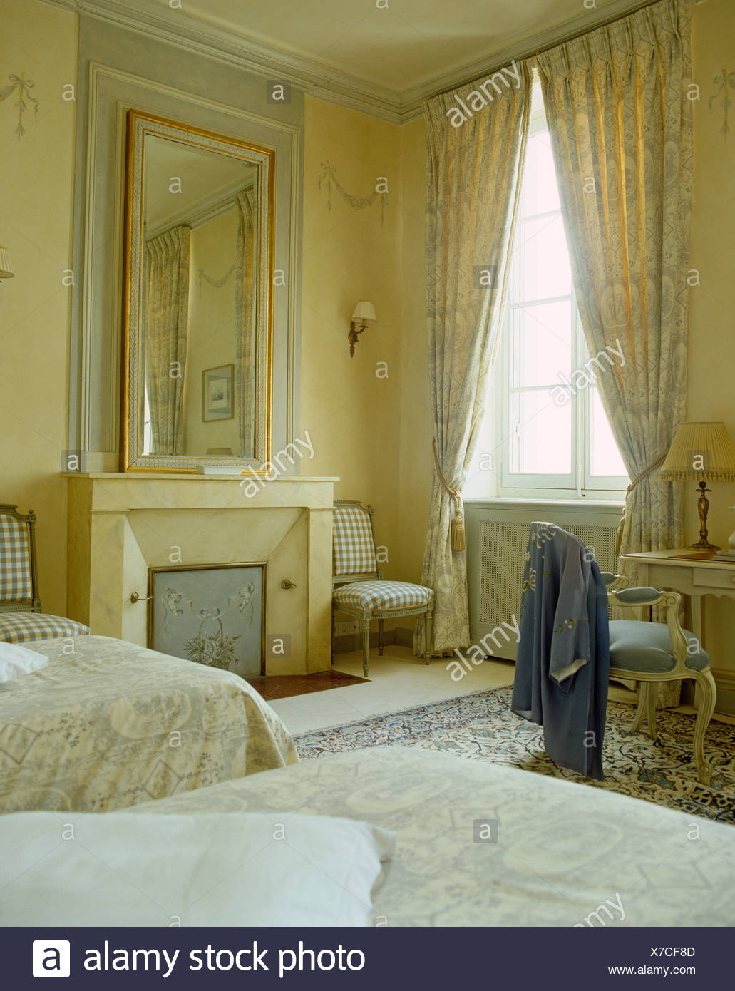 Französischer landhausstil schlafzimmer  Große Spiegel über dem Kamin im blass gelb französischer Landhaus ...