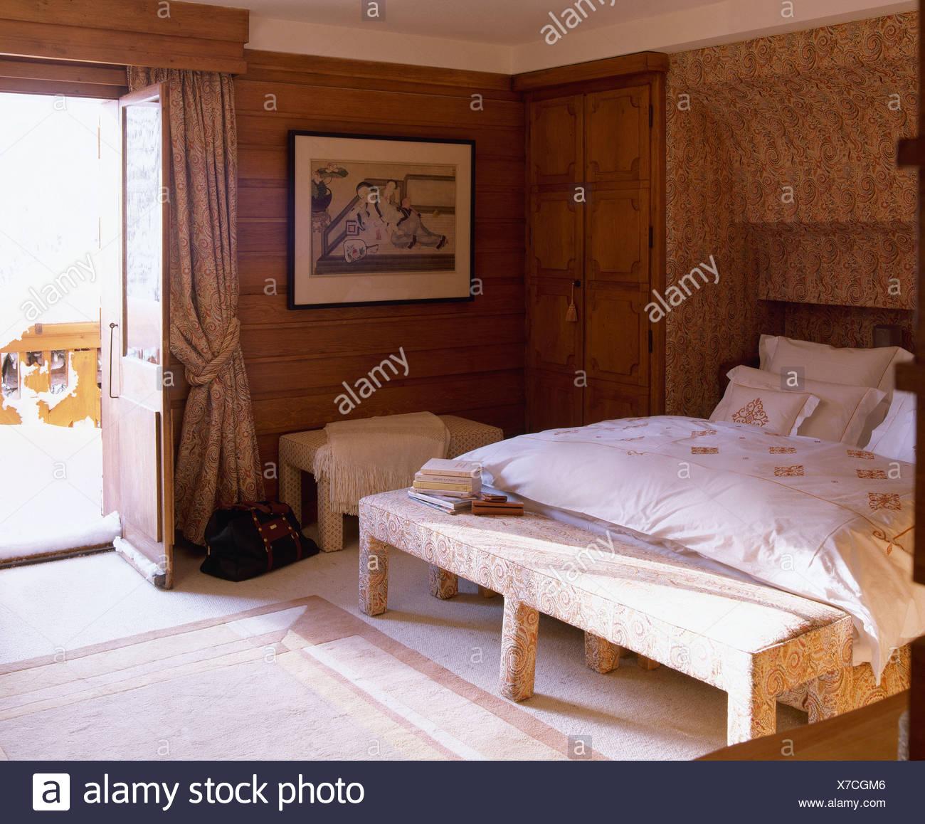 Polsterbank Platz Unter Bett Mit Creme Bettdecke In Holz Getäfelten Alpine  Schlafzimmer Mit Beige Vorhänge An Türen Zu öffnen, Auf Den Balkon
