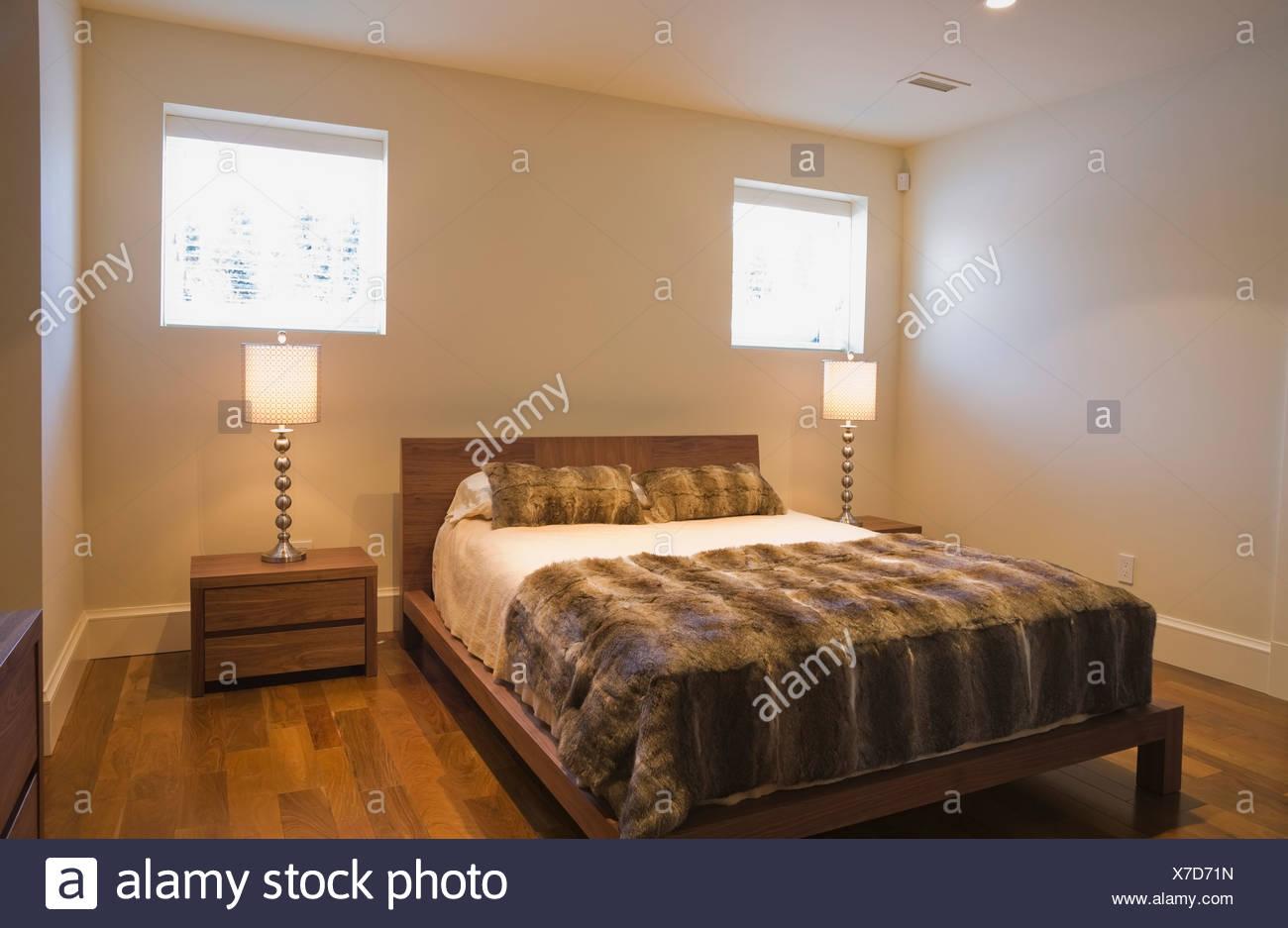Keller Schlafzimmer Mit Einem Queen Size Bett Und Ein Hartholz Fußboden In  Einem Heim; Quebec, Kanada