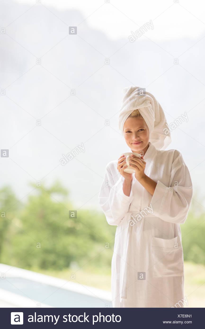 Frau im Bademantel Kaffeetrinken im freien Stockbild