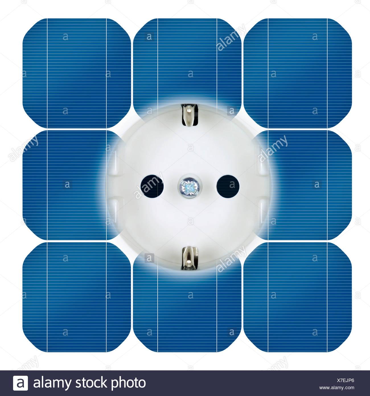 Steckdose mit Strom aus Sonnenenergie Stockbild