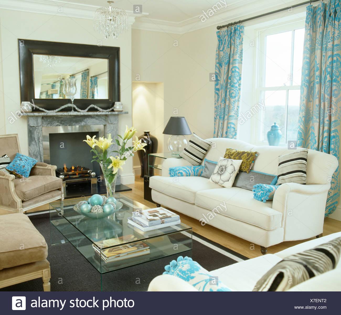 gemusterte t rkis vorh nge am fenster ber dem wei en sofa in wei wohnzimmer mit gro em spiegel. Black Bedroom Furniture Sets. Home Design Ideas