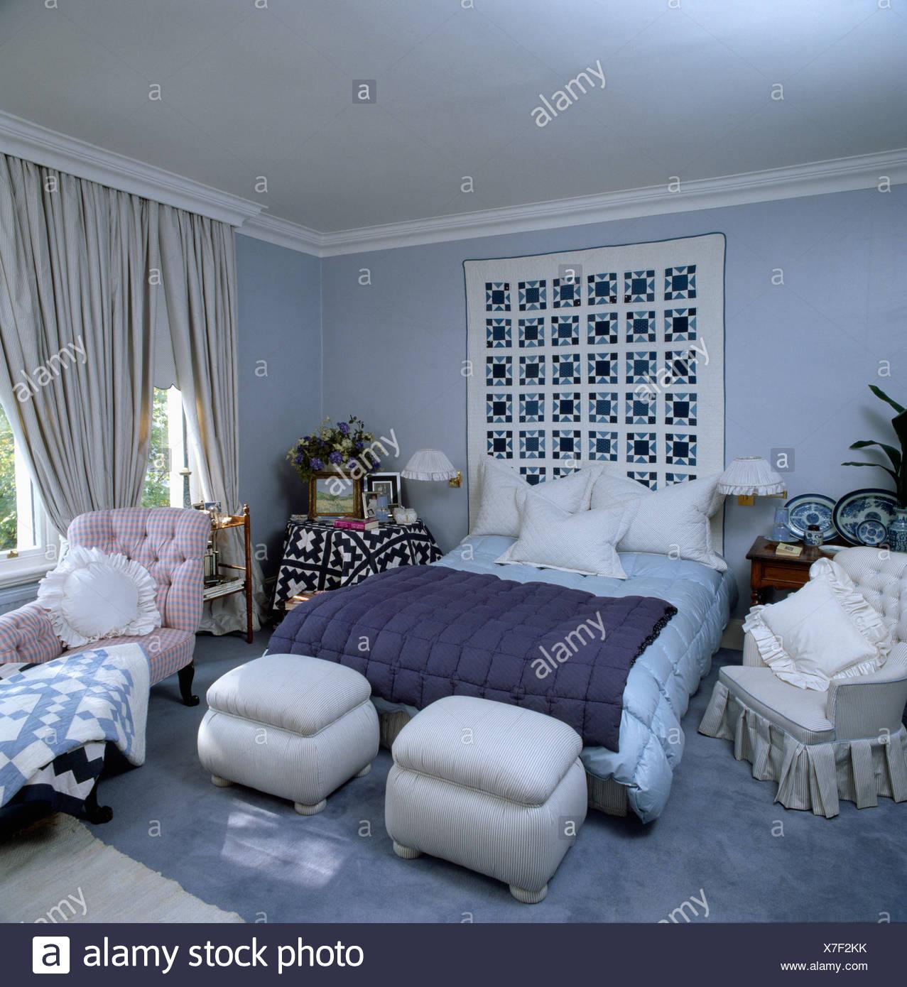 AuBergewohnlich Pastell Blau 80er Jahre Schlafzimmer Mit Rosa Chaiselongue Und Gepolsterten  Ottoman Hocker Am Ende Des Bett Creme