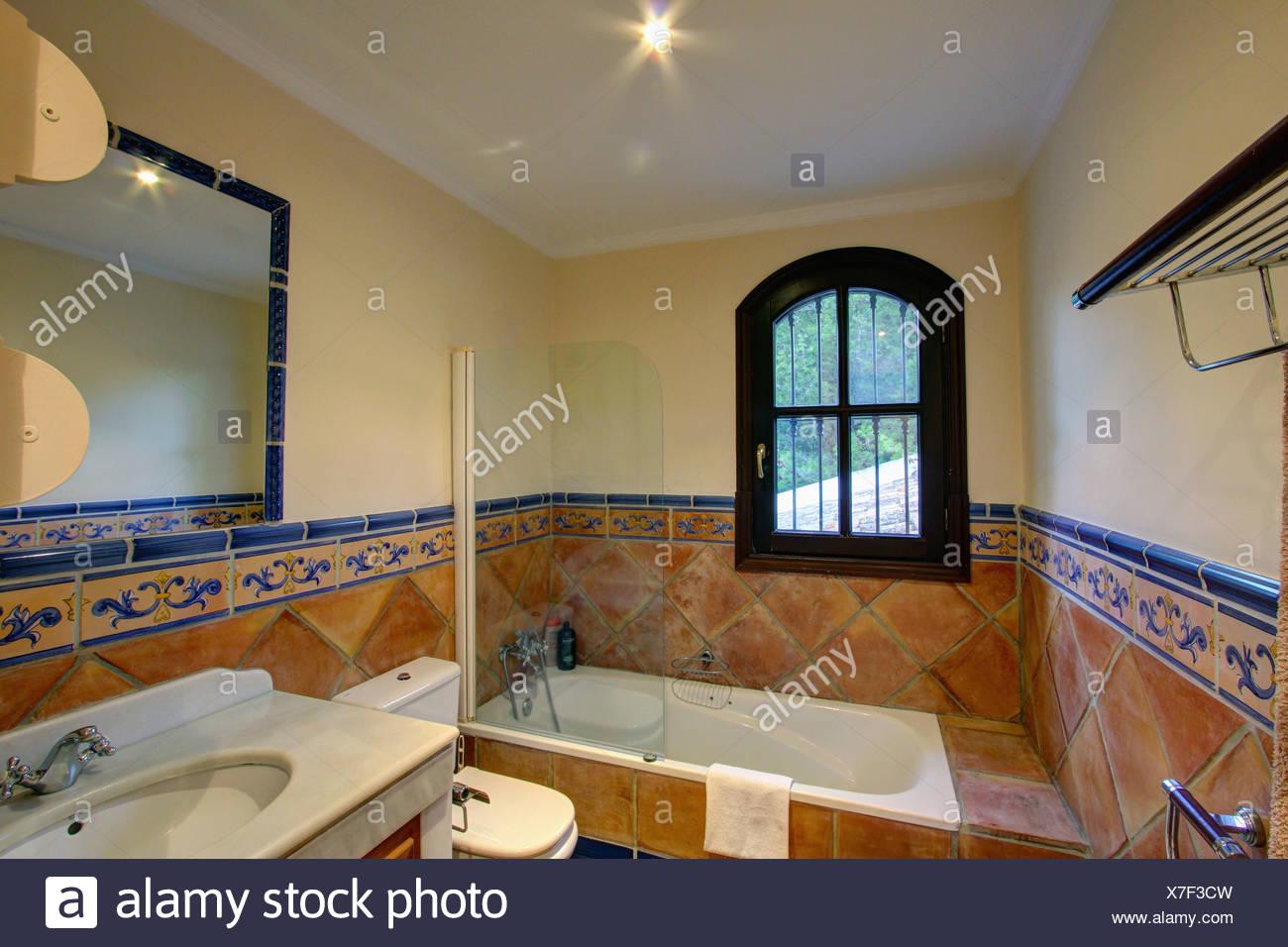 Fenster über Bad im spanischen Badezimmer mit traditionellen ...