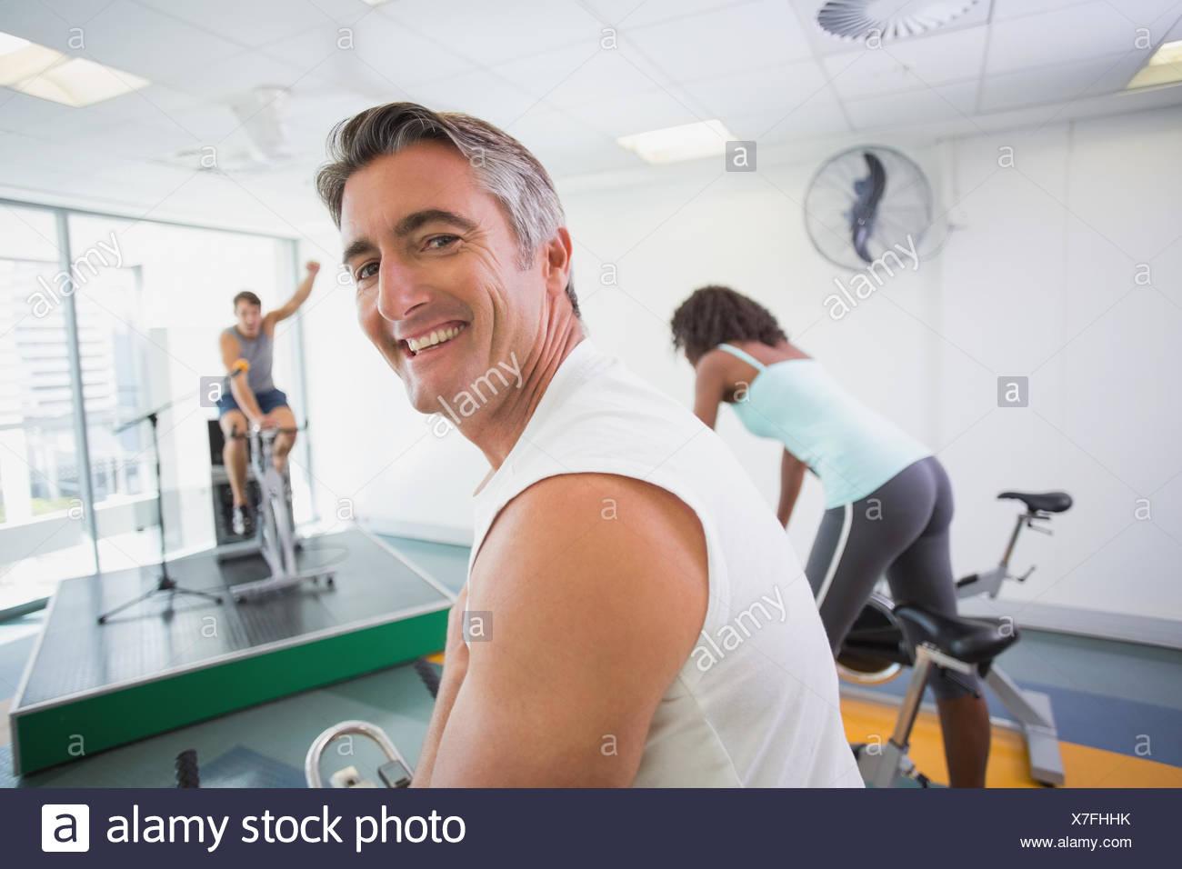 Spin-Klasse arbeiten mit motivierenden Kursleiter Stockbild