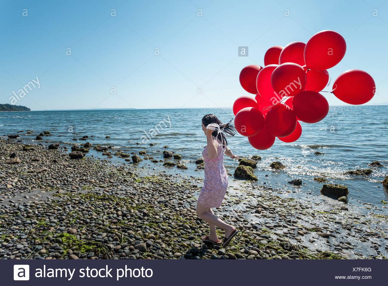 Reife Frau ziehen Haufen Luftballons Stockbild