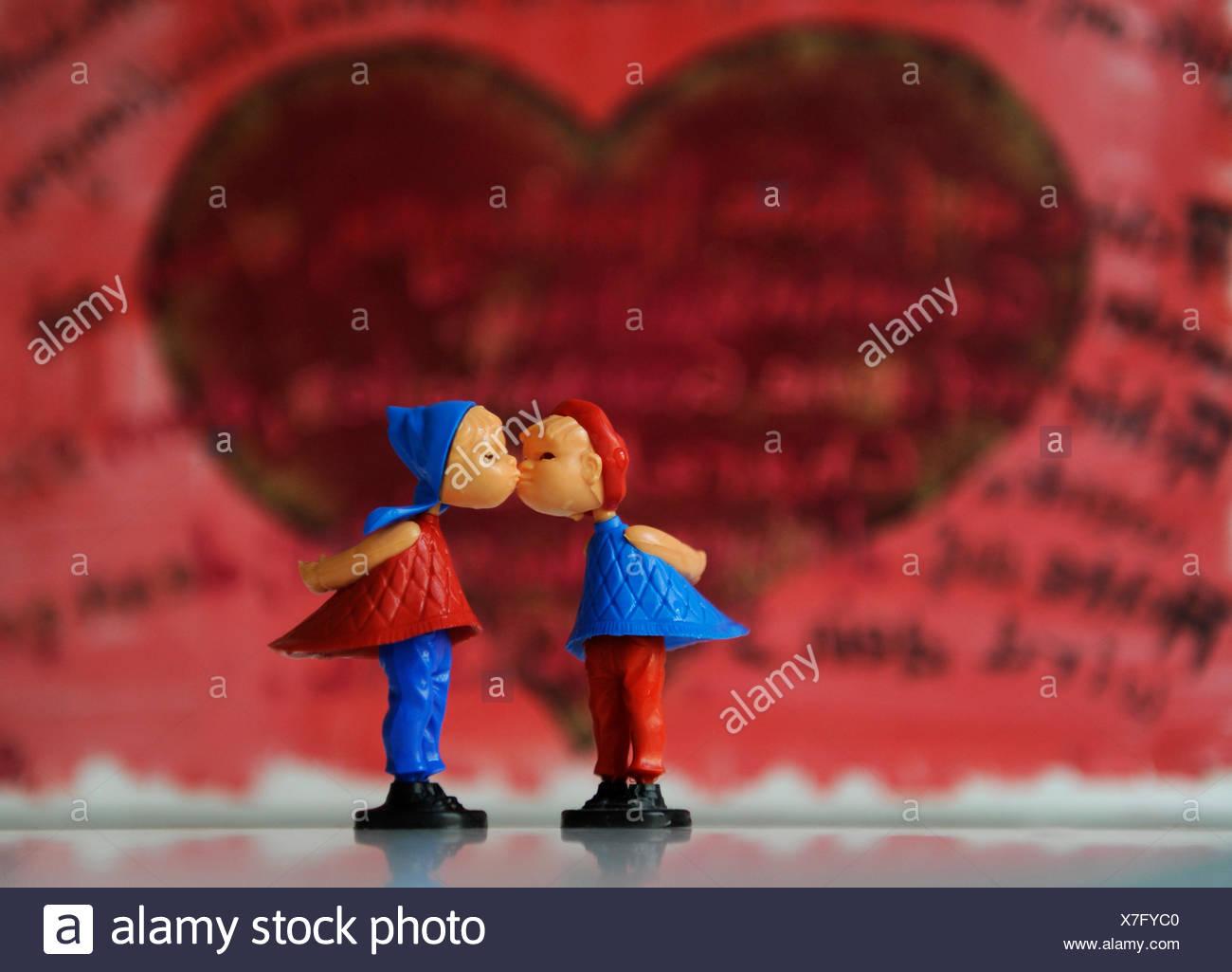 Küssende Figuren, symbolisches Bild für Liebe, Partnerschaft, Ehe Stockbild