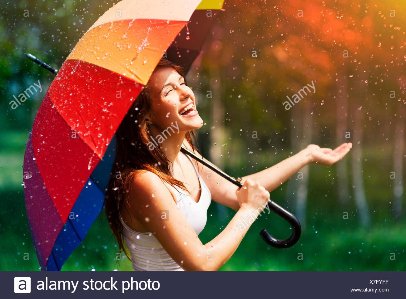 Lachende Frau mit Regenschirm, Regen, Debica, Polen gesucht Stockbild