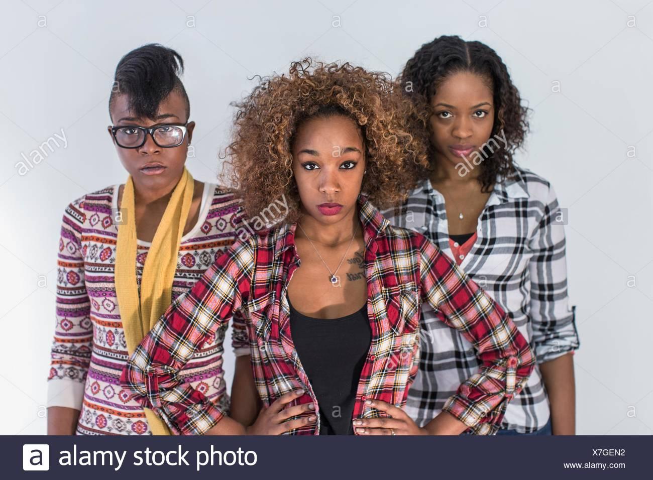 Studio-Porträt von drei schweren starren junge Frauen Stockbild