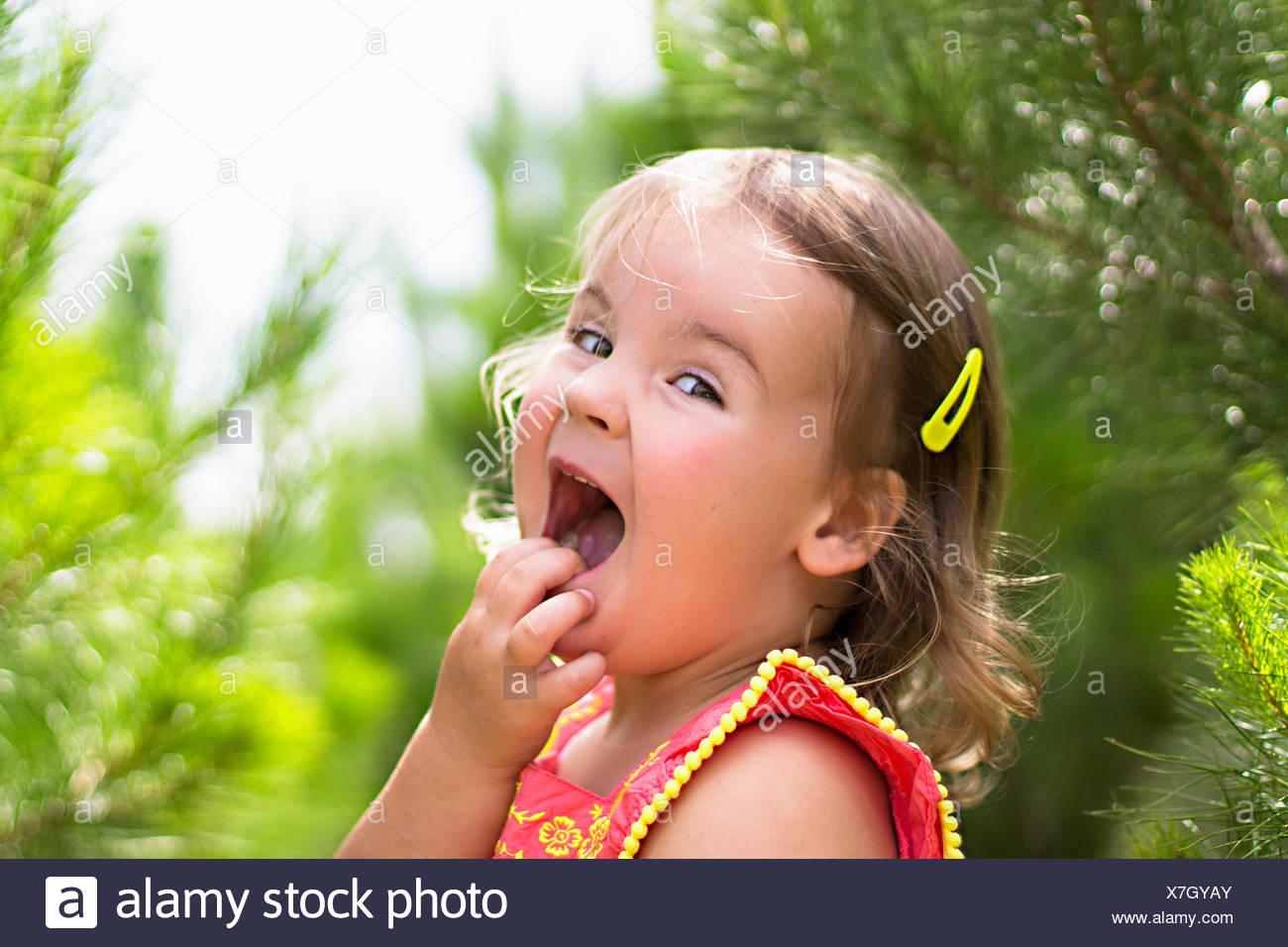 Mädchen mit Hand am Gesicht lachen Stockbild