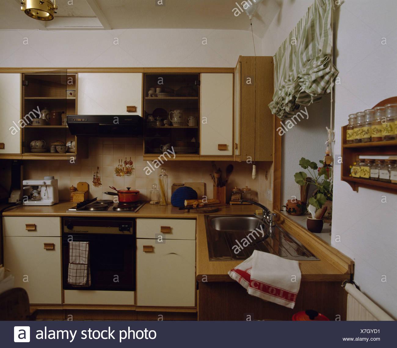 70er Jahre Küche mit Backofen Stockfoto, Bild: 280041245 - Alamy