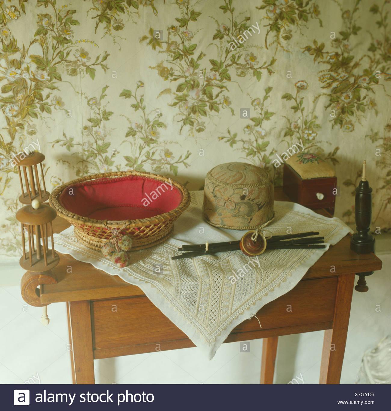 Sammlung Von Körben Und Weißen Tuch Auf Dem Kleinen Tisch Vor Wand Mit  Blumentapete