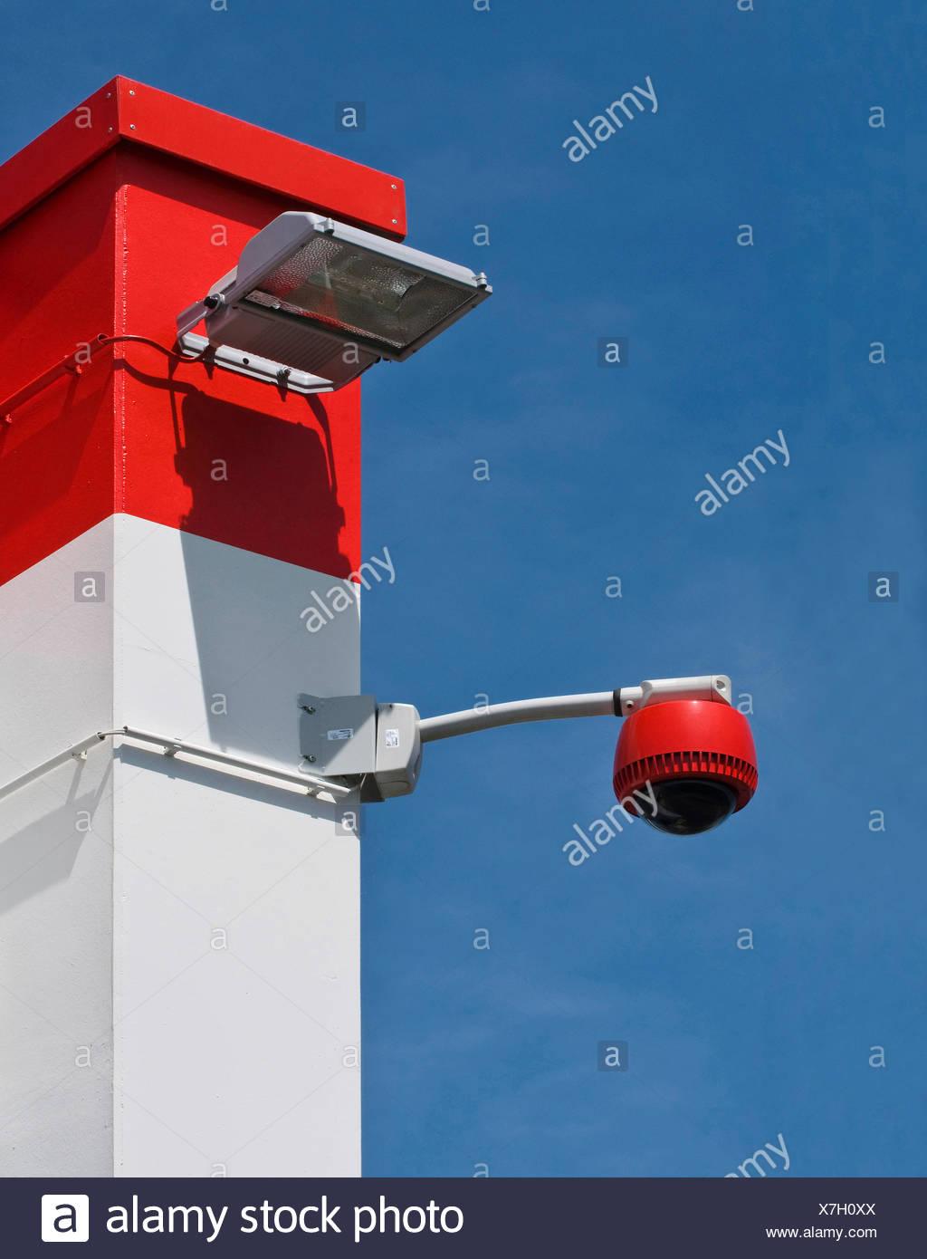360-Grad-Kamera an Wand gegen blauen Himmel, Überwachung, Sicherheit, PublicGround Stockbild