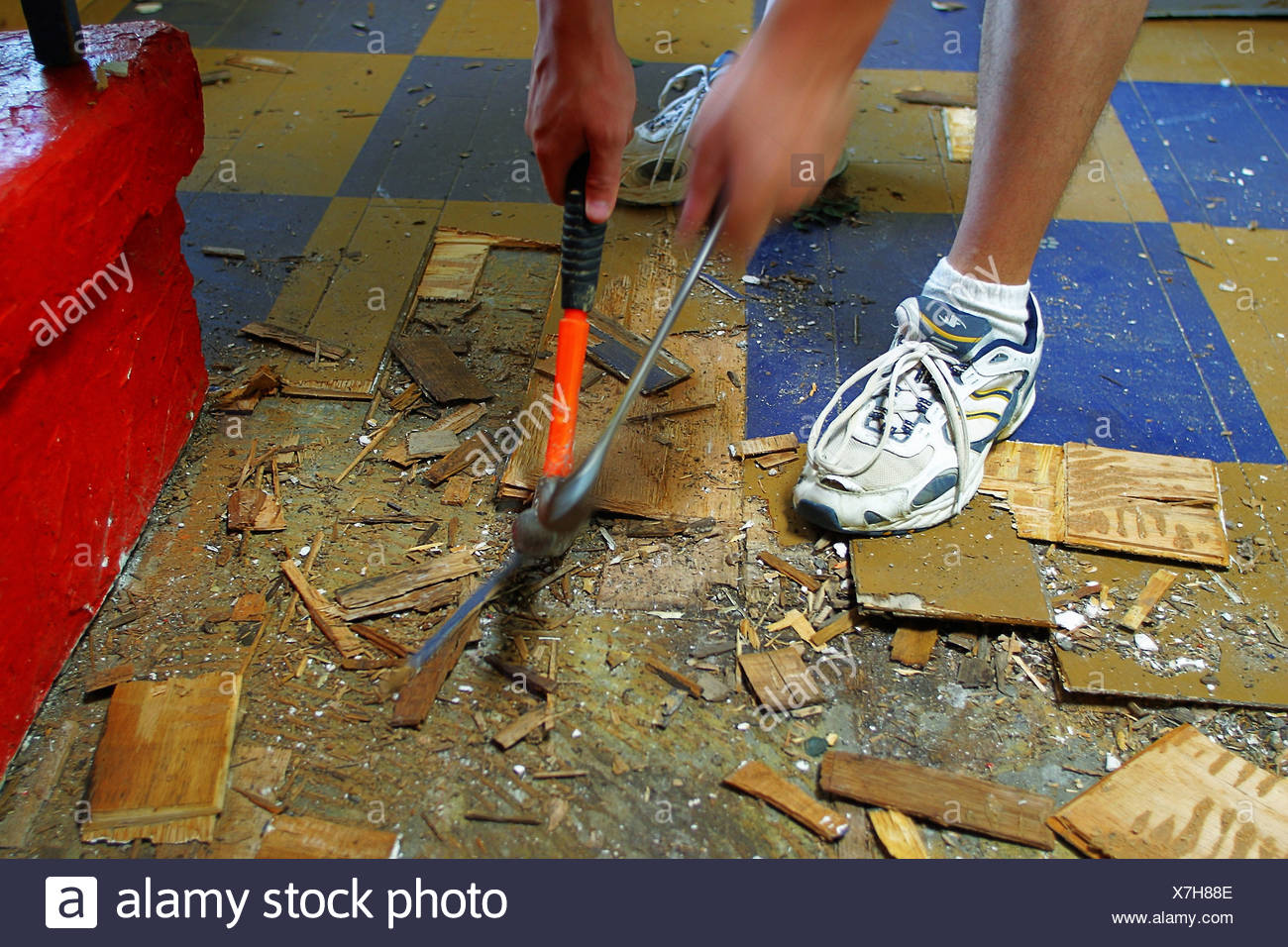 Holzfußboden Erneuern ~ Renovierung handwerker holzboden boden unten splitter platzen