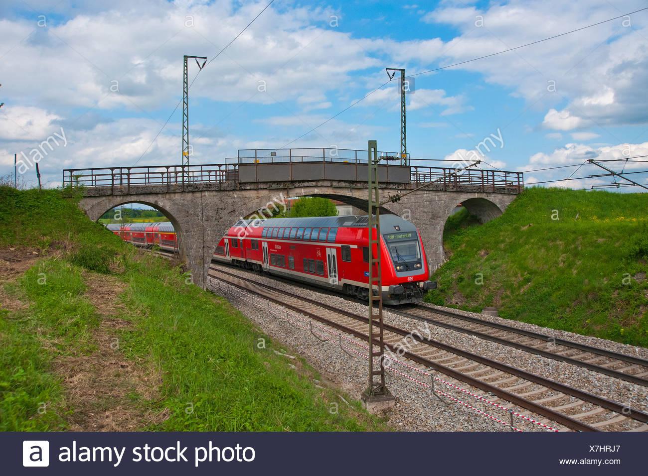Bayern Deutschland Europa oberen bayerischen Teisendorf Amersberg Straße Eisenbahn Eisenbahn dam elektrische Bahn Transport Brücke rot Stockbild