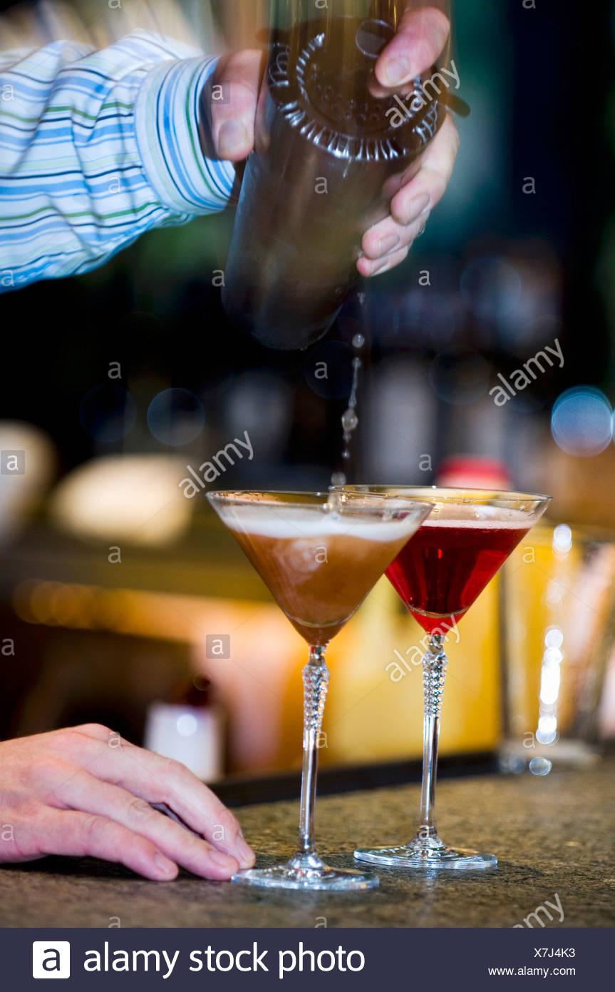 Barkeeper in Glas Martini von cocktail-Shaker gießen Stockbild