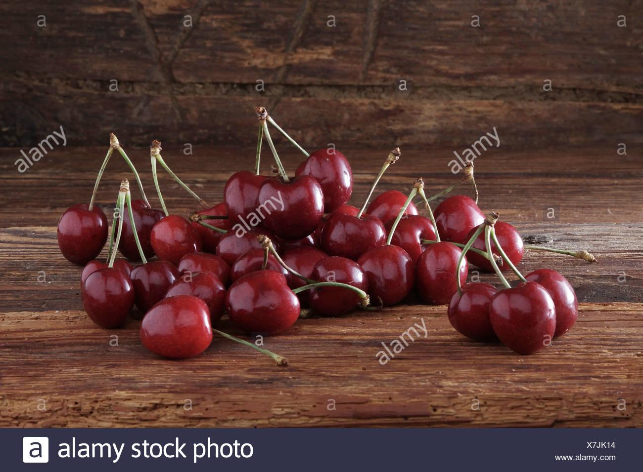 Kirschen auf rustikalen Holz Stockbild
