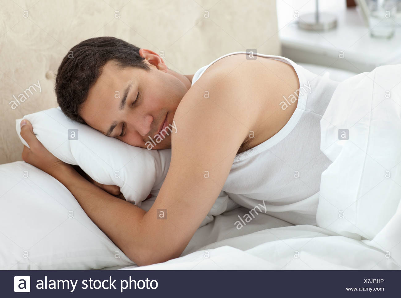 Netten Mann friedlich schlafend in seinem Bett Stockbild