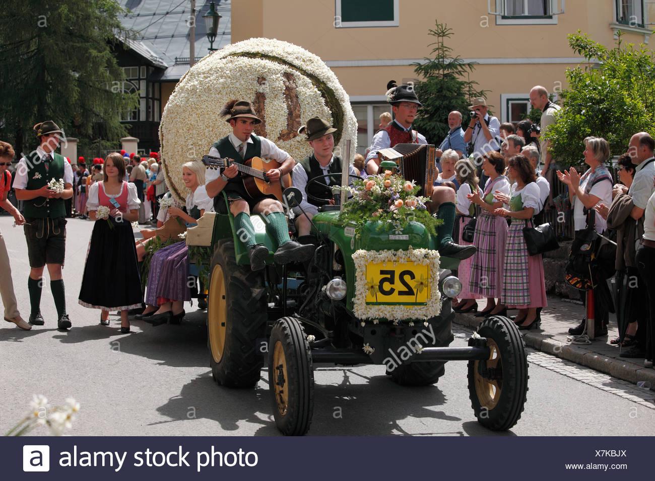 Traktor mit Tennisball aus Narzissen, Narzissenfest Narcissus-Festival in Bad Aussee, Ausseer Land, Salzkammergut Bereich, Styr Stockbild