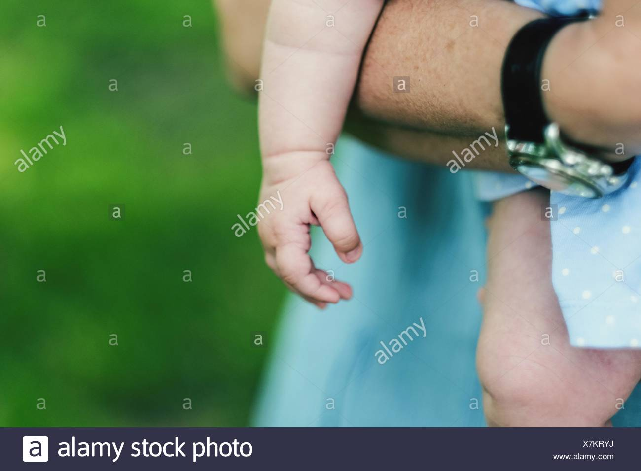 Mittelteil der Vater Holding Baby Stockbild