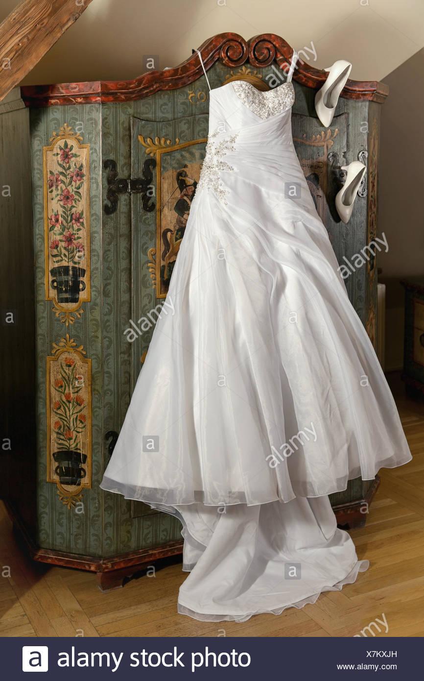 Tolle Stiefel Und Hochzeitskleid Galerie - Brautkleider Ideen ...