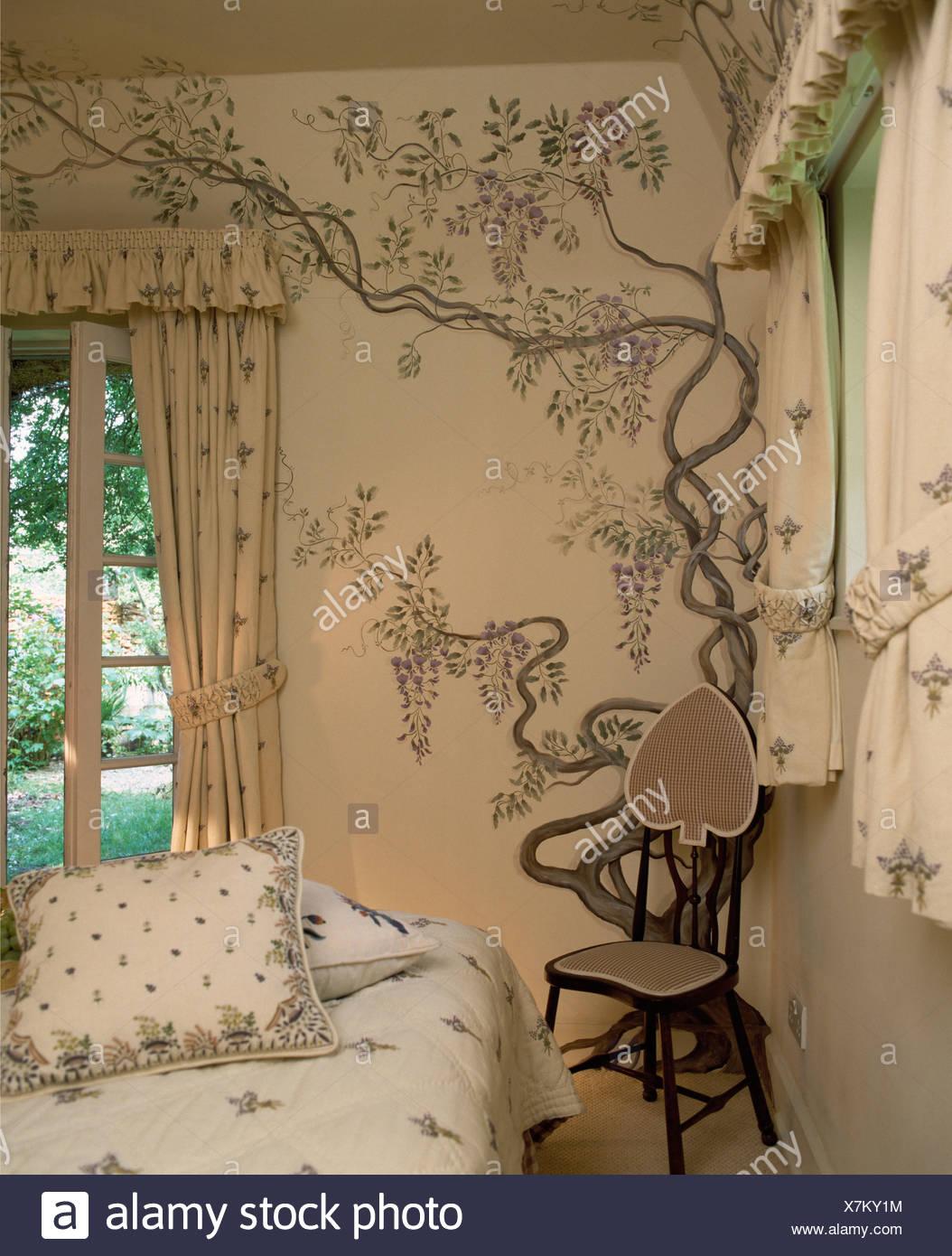 Kleiner Stuhl In Der Ecke Der Hutte Schlafzimmer Mit Handgemalten Glyzinien Dekoration Auf Wand Stockfotografie Alamy