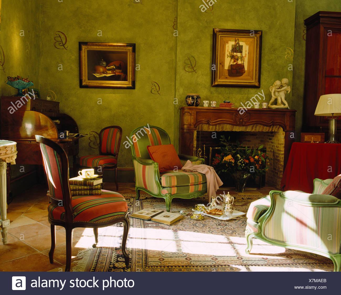 Rot Grun Gestreifte Gepolsterte Stuhle Im Sonnigen Grunes Land Wohnzimmer Mit Abwaschenden Effekt Gestrichene Wande Stockfotografie Alamy