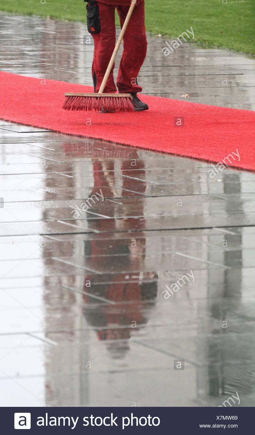 Berlin, Deutschland, ein roter Teppich wird gereinigt Stockbild