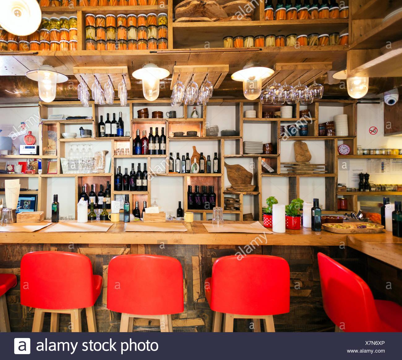 Stools Bar Counter Stockfotos & Stools Bar Counter Bilder - Alamy