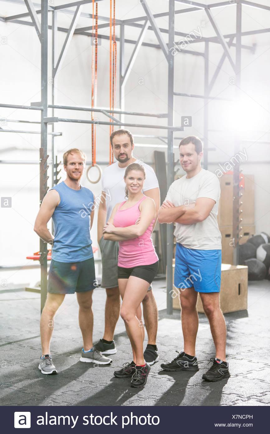Porträt von zuversichtlich Menschen stehen bei Crossfit gym Stockbild