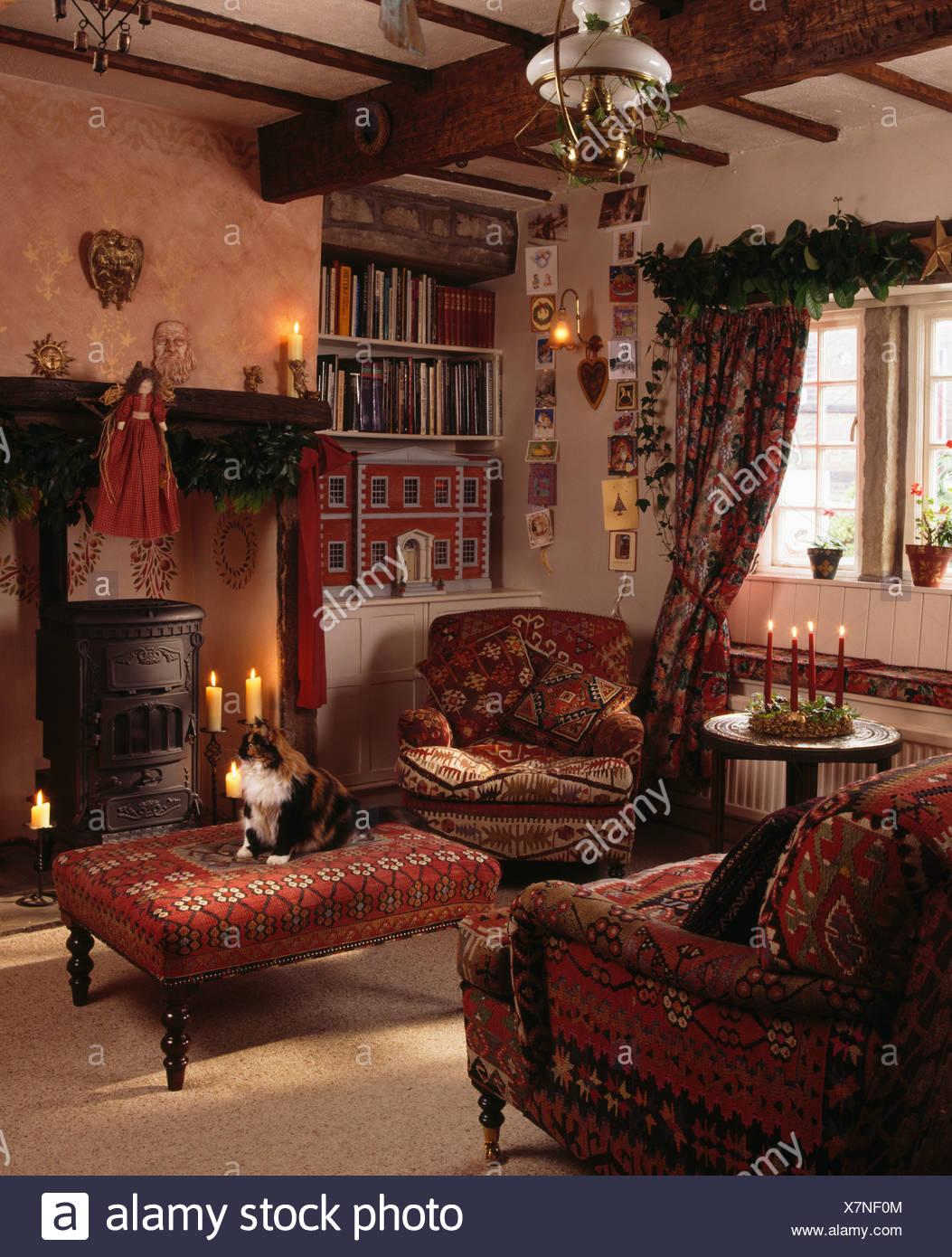 Roten Sessel und gepolsterten Hocker Kamin im Wohnzimmer für ...