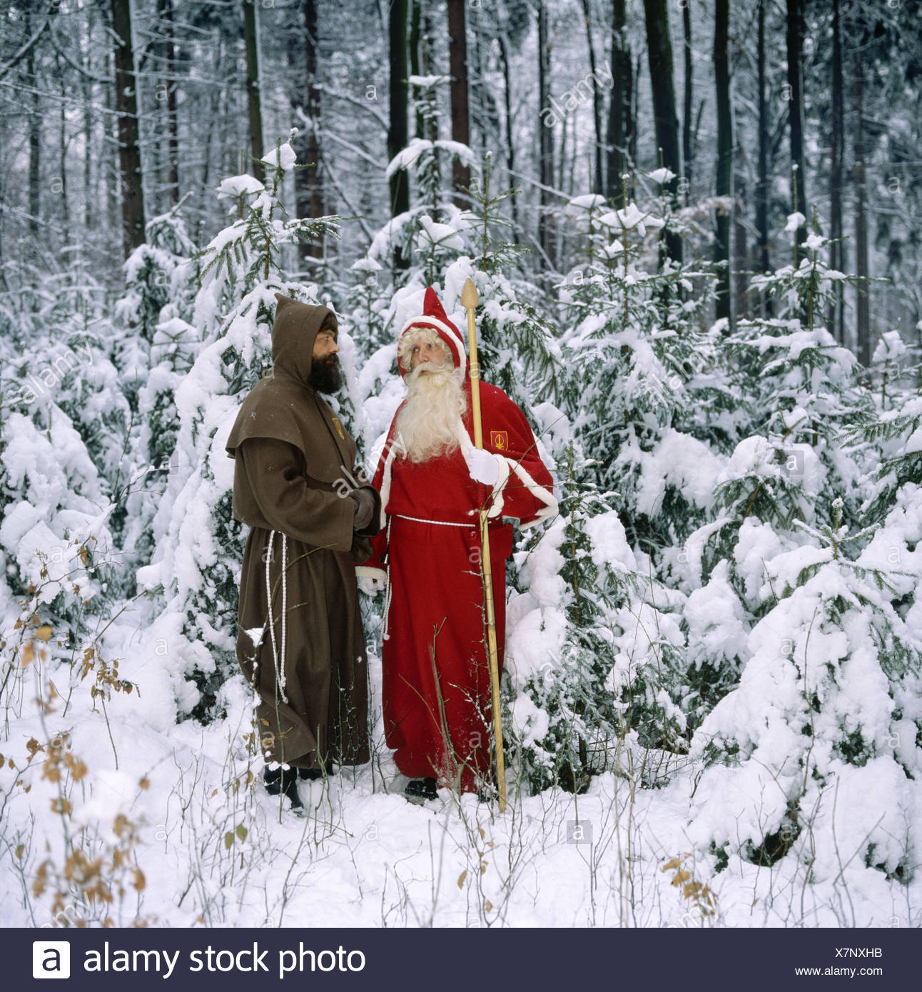 Santa Claus außerhalb Knecht Knecht Ruprecht Schmutzli Schnee St. Niklaus Holz Wald Winterschnee Stockbild