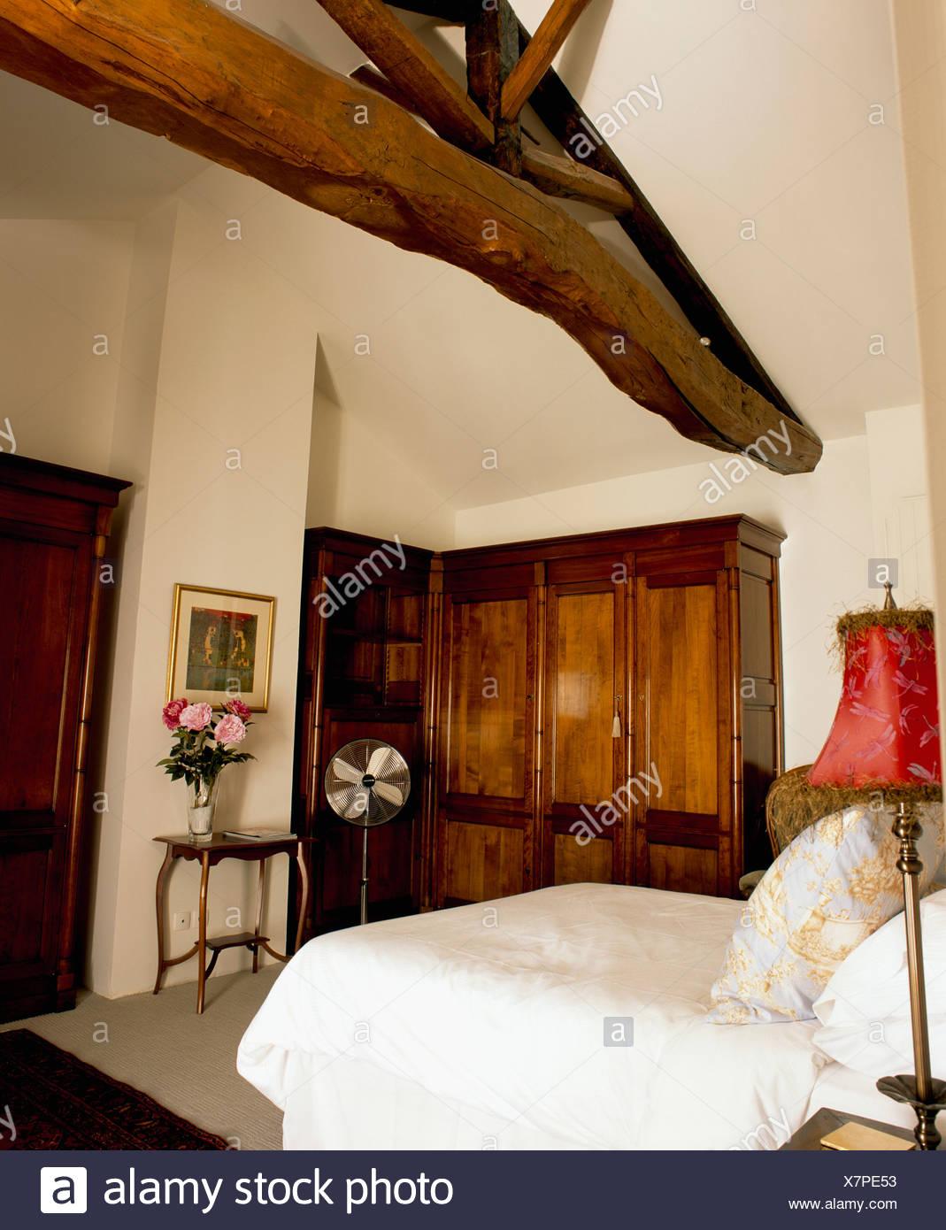 Weiße Abdeckung in französischer Landhaus Schlafzimmer mit ...