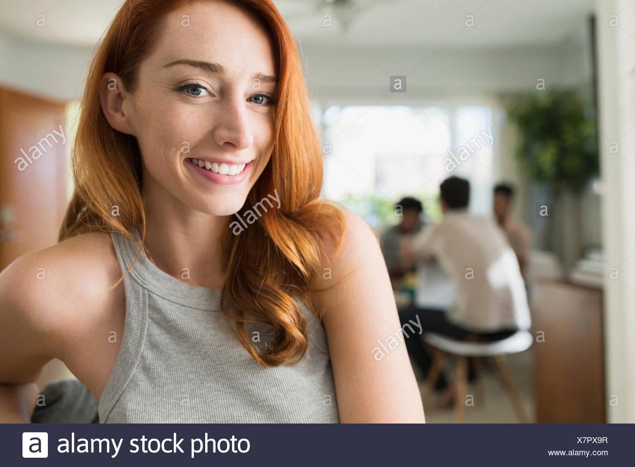 Porträt lächelnde Frau mit roten Haaren Stockbild