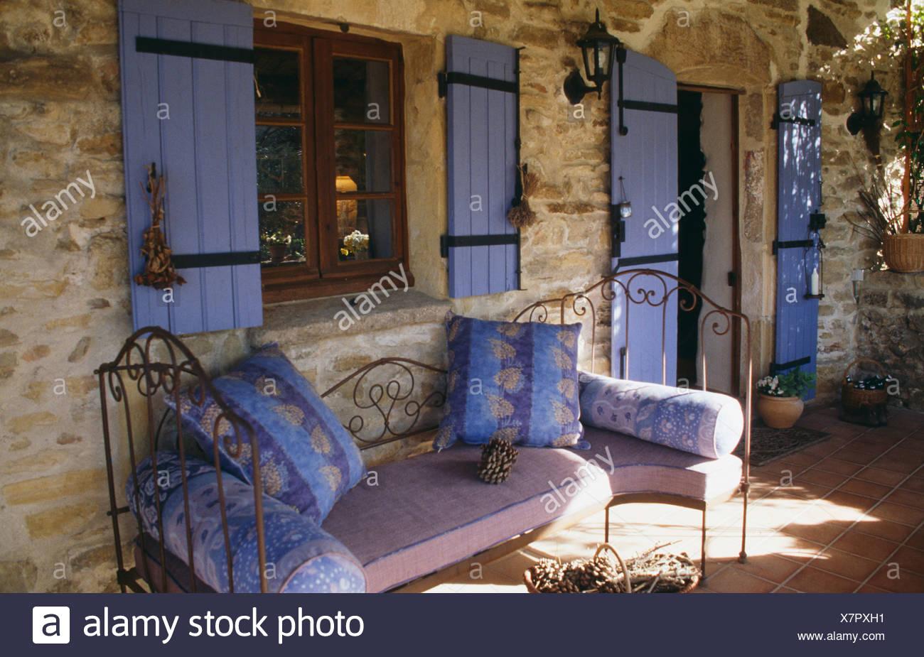 Landhaus Fenster blaue kissen auf schmiedeeisernen liege unter fenster mit blauen