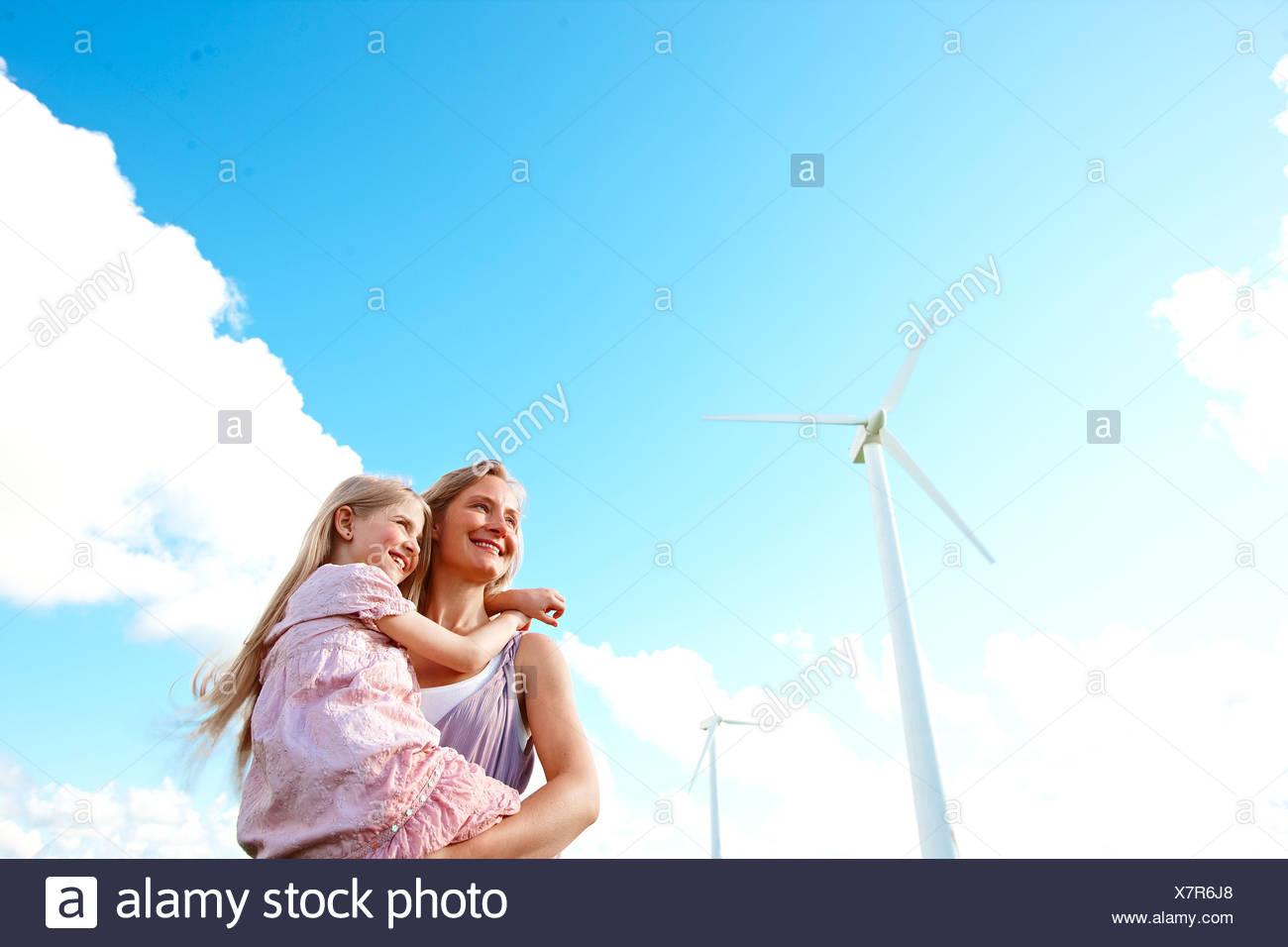 Mutter und Tochter bei Windkraftanlage Stockbild
