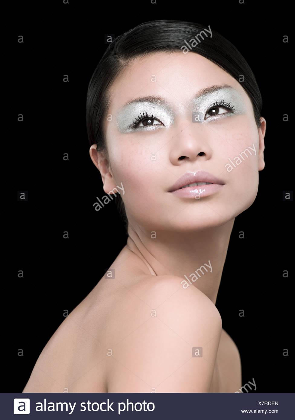 Eine junge Frau trägt silbernen Lidschatten Stockbild