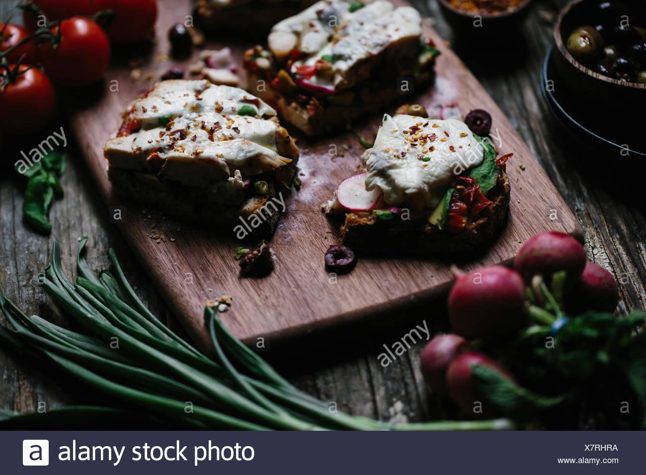Ein in Scheiben geschnittene Open Face Huhn Caprese Sandwich wird aus der Vorderansicht fotografiert. Stockbild