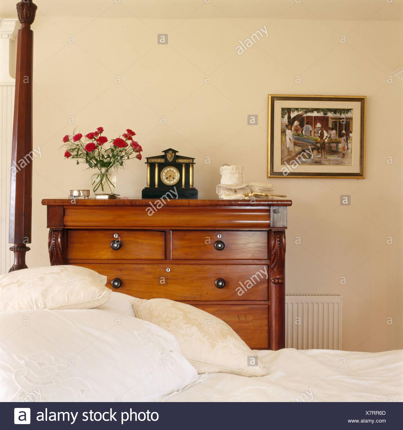 Antike Kommode Neben Bett Mit Weissem Leinen In Weisse Schlafzimmer