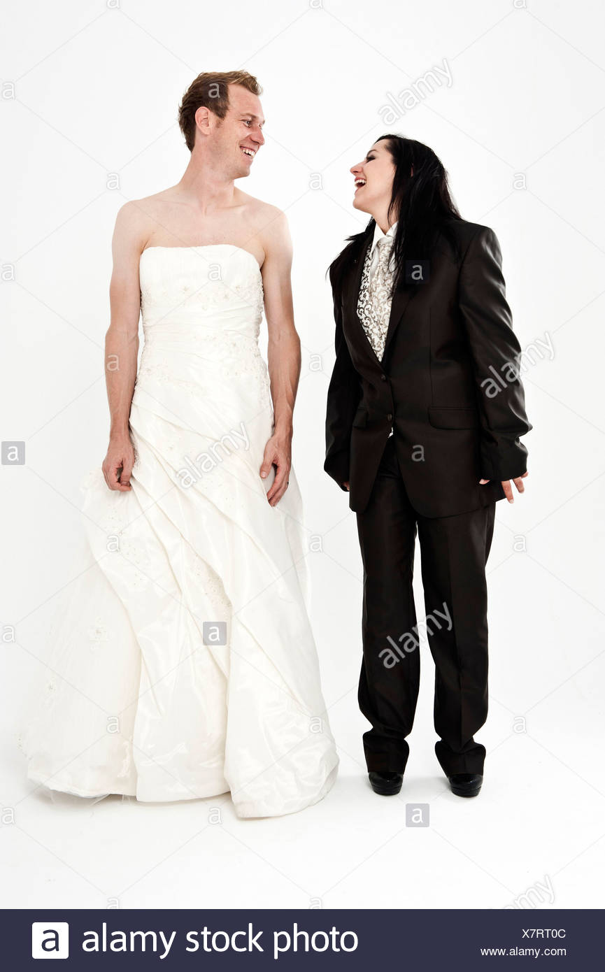 Braut trägt einen Anzug und ein Bräutigam tragen eine Hochzeit Kleid ...