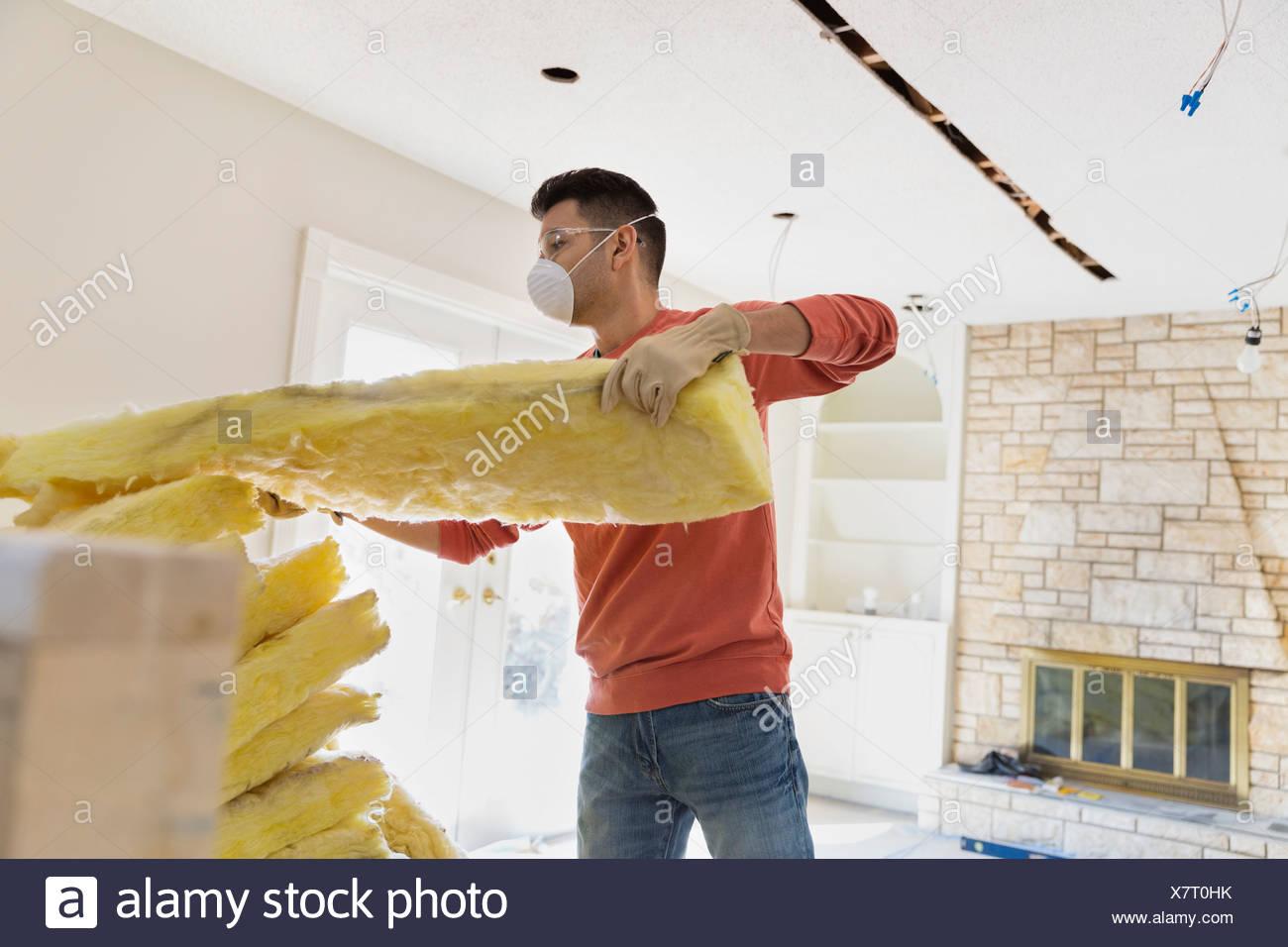 Junger Mann, die Isolierung zu Hause installieren Stockbild