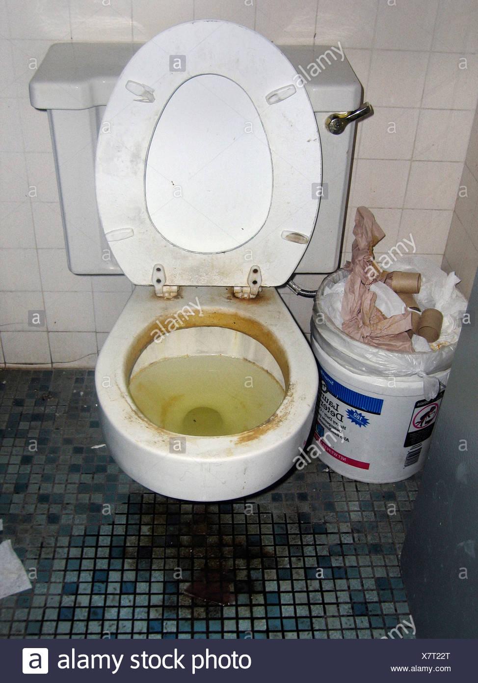 Schmutzige toilette stockfoto bild 280196976 alamy - Dreckiges badezimmer ...