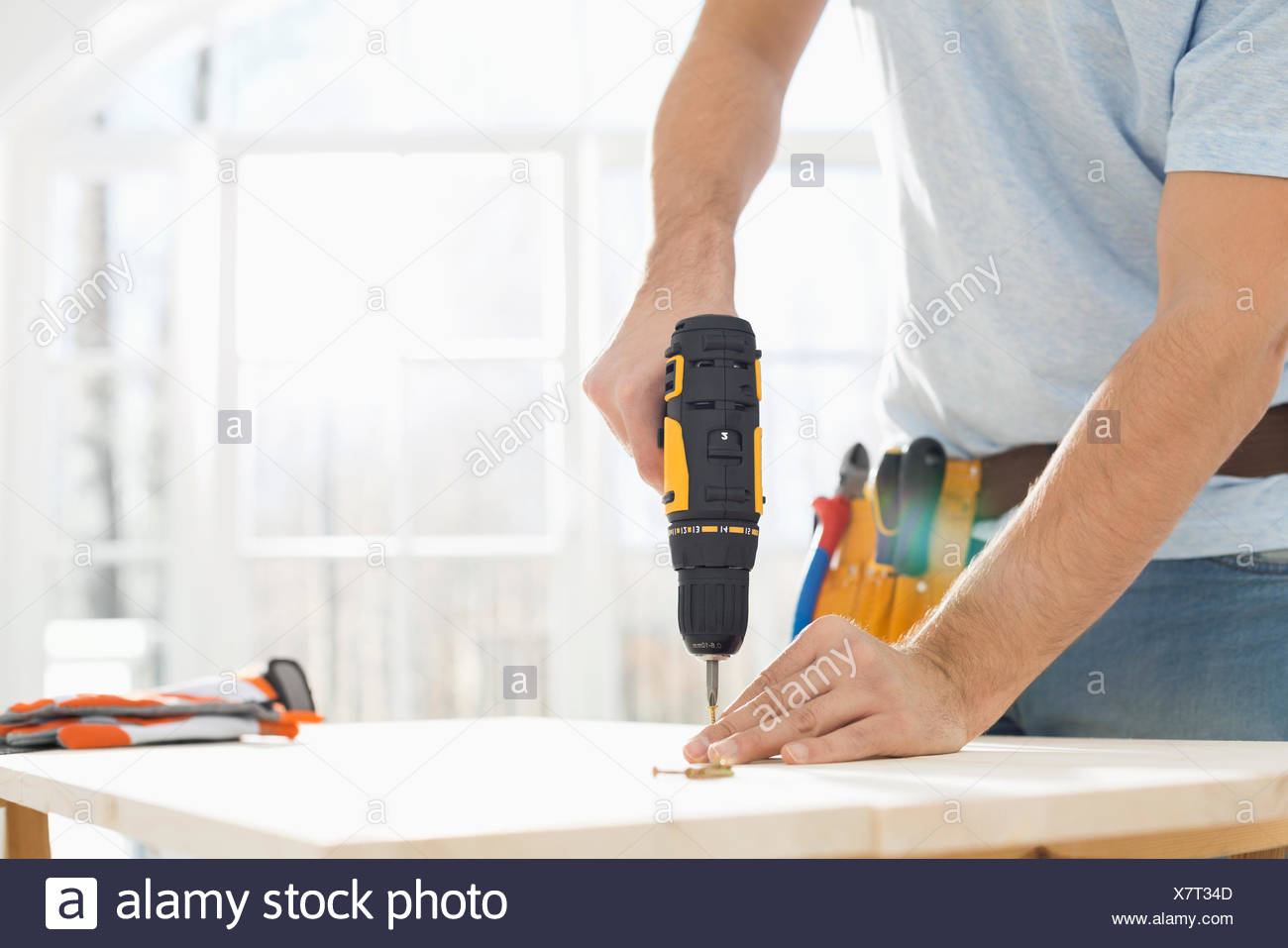 Mittelteil des Menschen bohren Nagel auf Tisch Stockfoto, Bild ...