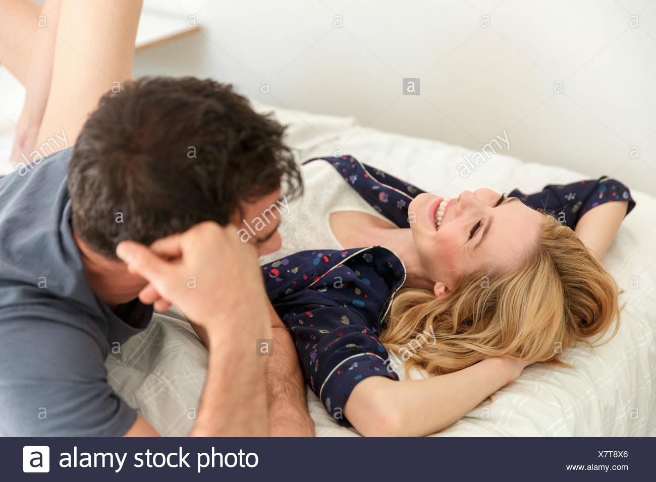 Paar, liegen, Lächeln Stockbild